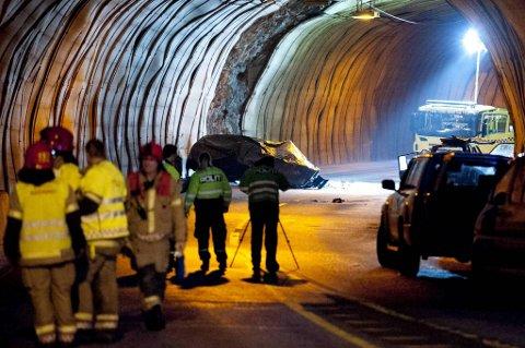 OMKOM: Ein trebarnsfar omkom i denne ulykka i Hjelmåstunnelen i februar 2012.