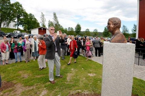Hallvard Hagelia foreviger sin tante, som igjen er foreviget som byste utenfor Almuestaua i Gjerstad.