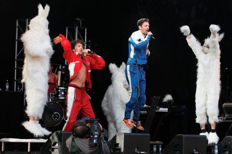 Mye fest, mye moro. Musikkommentatorer mener det ikke gjør noe at innslag som dette, Sirkus Eliassen som nesten stjal hele festivalen i fjor, får stor plass på Parkenfestivalen.