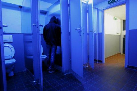 2005. Her er den da 16 år gamle gutten avbildet på toalettene på jernbanestasjonen, der sexsalget foregikk.