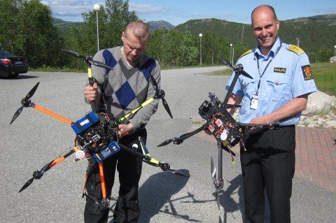 Politimester Torbjørn Aas har tro på multicopteret som et effektivt verktøy for politiet. Til høyre står Karasjojk-mannen Roy Thomassen med modellen han har spesialkonstruert for politiet.