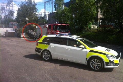 KJØRTE UT: En bil kjørte av veien og havnet på taket i Industriveien i Lørenskog søndag ettermiddag. FOTO: RUNE BERNHUS