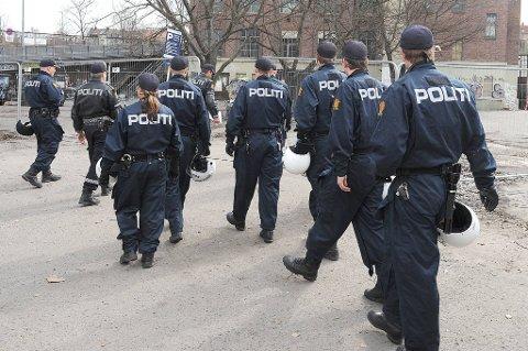 Rapporten viser til at norsk politi har 354 forskjellige tjenestesteder landet rundt, men at bare 13 av dem har åpent døgnet rundt.