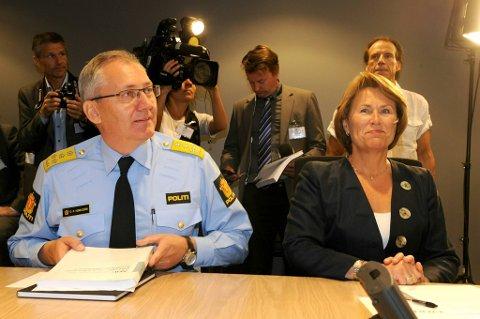 Utvalget som har analysert utfordringene i norsk politi overleverte sin rapport til justis- og beredskapsminister Grete Faremo onsdag formiddag. Politidirektør Odd Reidar Humlegård var også på plass.