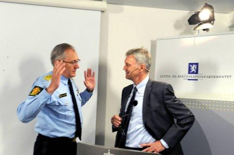 Utvalget som har analysert utfordringene i norsk politi overleverte sin rapport onsdag. Utvalgets leder Arne Røksund i samtale med politidirektør Odd Reidar Humlegård.