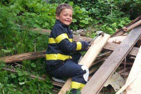 7-åringen Knut Martin Lauritsen har fått tillatelse av kommunen å bygge hytte i hagen.