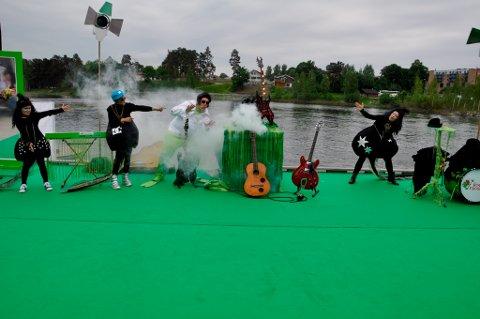 Den magiske gitar i farta i en svært vellykket forestilling med Rockefroskene.