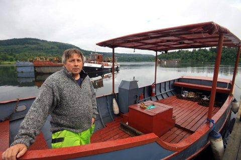 HJELP: Arild Langaard ble varslet av kollegaer til mannen som hadde falt i vannet. Siden han har tilgang til Mjøassamlingens båter, fikk han raskt rykket ut med museets VB70 fra 1930. Alle Foto: Vegard Storbråten Øye