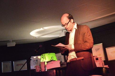 Leverte: Hans Olav Lahlum er en aldeles herlig figur på scenen. I løpet av en time gikk han gjennom tanken bak samtlige av bøkene sine, snakket om hvordan han jobber og boken ?Kameleonmenneskene? som kommer i august. (Foto: Rikke Askersrud)