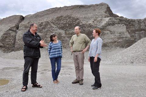 begeistret: Kåre Olav Solbakken i prosjekt Mammutdalen, Anne Karin Hufthammer fra Universitetet i Bergen, Finn Audun Grøndahl fra museene i Oppland og geolog Mona Henriksen, var i går på funnstedet.