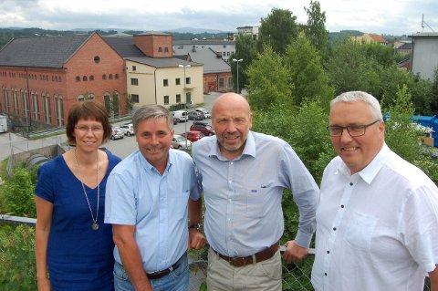 Tronrud Eiendom og Ringeriks-Kraft går sammen i selskap for å utvikle Øya. Fra venstre Ellen Grønlund og Haakon Tronrud fra Tronrud Eiendom, administrerende direktør Ole Sunnset og viseadminstrerende direktør Kjell Baug i RIngeriks-Kraft.