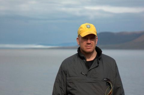 FORNØYD: Andreas Eriksson (46) er storfornøyd over å ha kapret jobben som isbjørnvakt på Svalbard. Førstkommende mandag starter han i jobben.