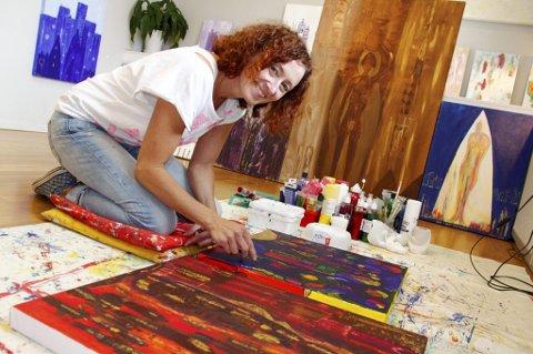 INTENST: Liggende på kne med hele fargepaletten i timevis hver eneste dag. Det blir til bilder som hjelper Marit Lund å utvikle seg selv, men også til glede for publikum.