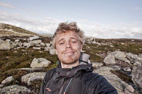 TRIVES I NATUREN: Marius Nergård Pettersen er både eventyrer, skribent og fotograf. I sommer går han fra Oslo til Gausatoppen. Han er også den første til å motta den gjeve Helge Ingstad-prisen. FOTO: Marius Nergård Pettersen.