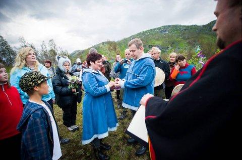Nina Susann Trønnes og Per Helge Skålvik var sikre på at de ikke  ønsket seg en tradisjonelt kirkebryllup. De giftet seg under en sjamanistisk vielse på Bjørnefjell.