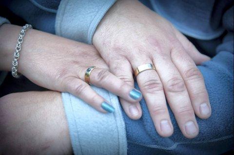 Bjørn Øiesvold lagde ringer med hvitt og gult gull på bestilling fra paret.