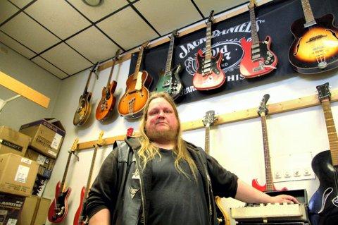 I GITARHIMMELEN: Stian Fossum, Kongsvinger og Årnes, jobber cargo om dagen og spiller gitar i heavy metal-bandet Devil på fritida. Til høsten turnerer de Europa. ? Du skal vel ikke spørre en gitarist hvor mange gitarer han har. Jeg har så det holder, men det blir aldri nok, sier han i «gitarhimmelen» i hos Petter Haugen i Music Sound.