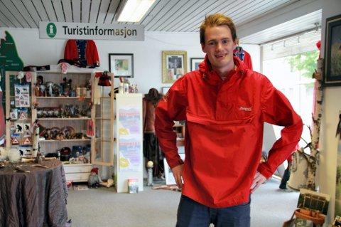 PENDLER MELLOM TURISTER OG KJØTTDISK: Haakon Sørhus er en av fire sommerverter på Kongsvinger Turistinformasjon. I den andre sommerjobben sliper han kjøttøksa og fileteringskniven i ferskvaredisken på Meny.