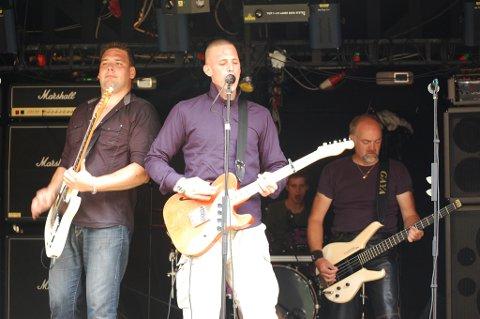 BANDET: Lennart Hansen på leadguitar / sang, Dennis Hansen på rytmeguitar / kor, Kjeld Hansen på bass / guitar / kor og Simon Lüthmann på trommer.