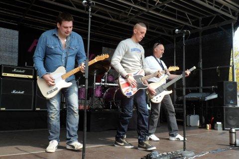 PILEDRIVER: Lennart Hansen på leadguitar / sang, Dennis Hansen på rytmeguitar / kor, Kjeld Hansen på bass / guitar / kor og Simon Lüthmann på trommer.