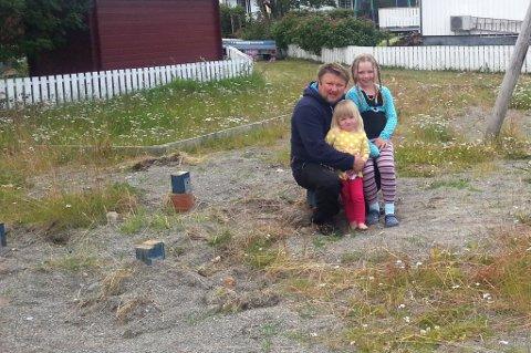 MISTET LEKEPLASS: Hans Petter Hillestrøm, her med døtrene Hanna (2) og Martine (4), kjøpte huset fordi det lå nært en lekeplass. Nå har kommunen fjernet lekeapparatene.