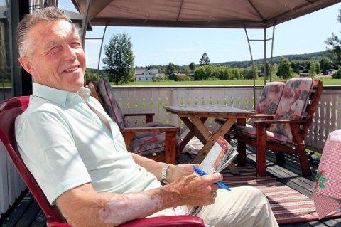 SOL OG KRYSSORD: Rolf Hansen (79) er ildsjel i mange sammenhenger, blant annet for Kongsvinger skogsmaraton. Men han kan kunsten å koble av i sola hjemme på Galterud også. Påstår han. Da er det avslappende hjernetrim med kryssord som gjelder.