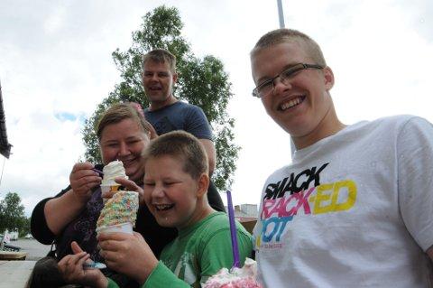 BESTE IS I NORDEN: Pia Takalo (34), Kari Takalo (36), Petja Takalo (9) og Joona Seurujärvi (16) forteller at de ikke har så god is hjemme i Finland.