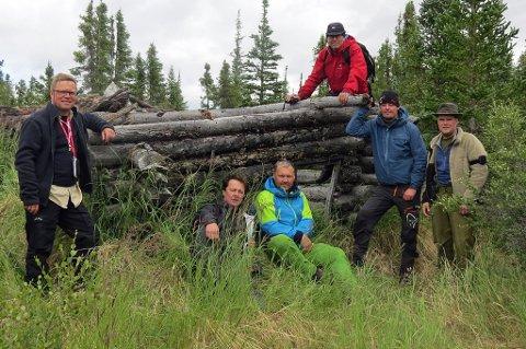 NÅDDE MÅLET: Ekspedisjonen foran Gus D'Aousts hytte ved Sandly Lake, ekspedisjonens første mål.