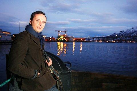 KRITISK: Forfatter og idéhistoriker Morten Strøksnes kaller det en skandale at et statlig eid reklamebyrå for laks, altså Norges sjømatråd, får tilgang på den norske stats offisielle sider for å reklamere for norsk fisk.