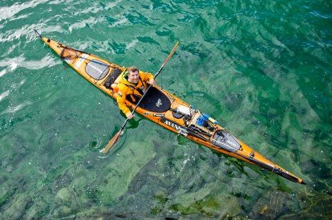 Sören Kjellkvist padler hele norskekysten rundt uten verken penger eller mat. Målet er å leve av egenfanget fisk og sjømat. Det har han klart, selv om vekta viser 12 kilo mindre.