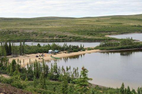 """Camp Karius"" - eller ""Camp Marion"" ifølge Thomas, ligger på øya ""Karius"" midt i Sandy Lake. Vi har satt leir ved ""Baktus Bay"", en herlig bukt med varmt vann og rolige forhold."