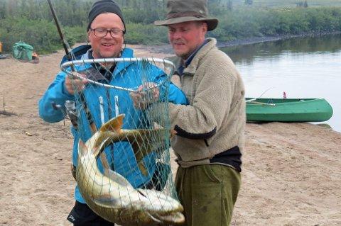 REKORD: Peter har landet en 7.4 kg Lake Trout! Christian måtte til med to håver som assistanse. Dette er Peters nye personlige rekord.