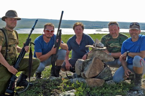 MIDT I FORTIDEN: Canadaekspedisjonen har bygget en varde midt i sledesporet til Helge Ingstad på nordsiden av Sandy Lake. Fra venstre: Christian, Thomas, Jan Maurits, Roy og Erling.