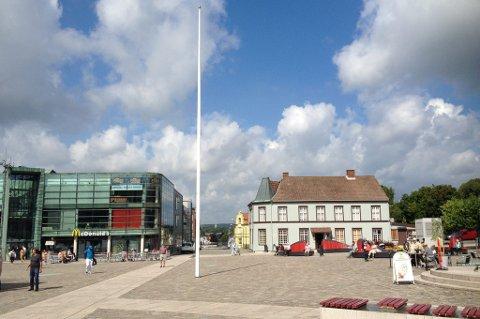 Også på torget sto flaggstangen tom.