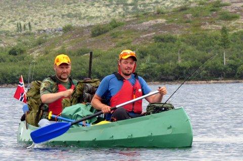 LUN PADLING: Roy og Thomas i kanoen forbi Langøya i Sandy Lake. Her var det mer lunt og vindstille enn på utsiden. Flott tur! Foto: Christian Engelschiøn