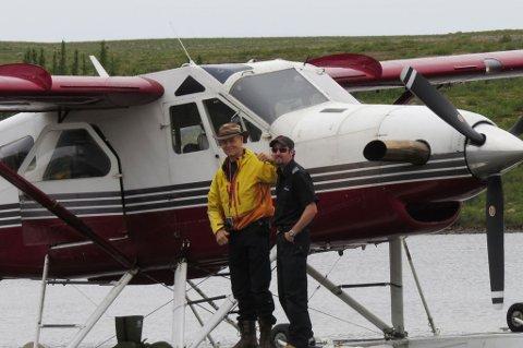 FULLTALLIGE: Harald Sollund ankommer til tundraen. Åge Svinøy er også på plass. Dermed er ekspedisjonen fulltallig.