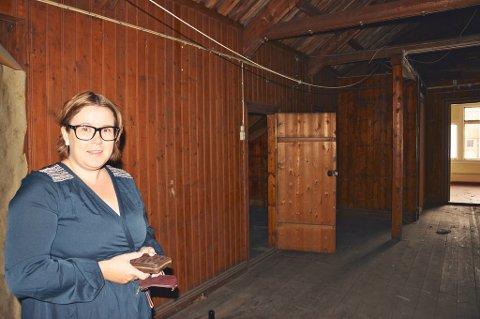 PÅ LOFTET: Her på loftet i Apotekergården ble det funnet flere originale vinduer som nå er til reparasjon. Loftet skal bygges om til flere hotellrom.