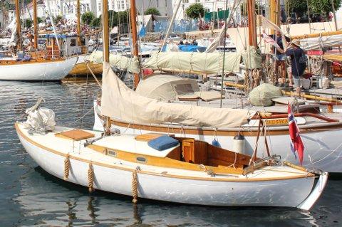"""Den fremste båten """"Mulius"""" har vært på en lang og strabasiøs ferd før den havnet i Risør."""