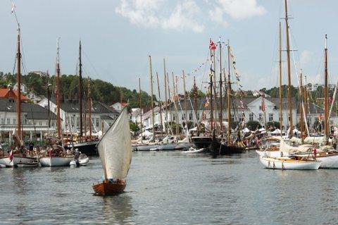 På Risør Trebåtfestival vrimler det av gode, personlige historier. Båten som ligger helt til høyre i bildet er veldig spesiell for trebåtkonstruktør og konsulent Jeppe Jul Nilsen.