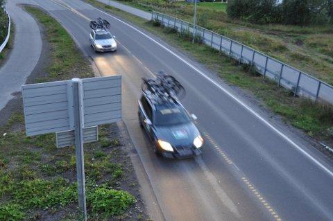 Bilene ruller i land og finner veien inn til sentrum av Svolvær.