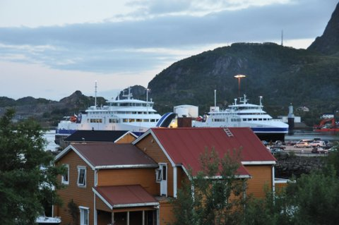 """Barøy"" til venstre, ""Landegode"" til høyre."