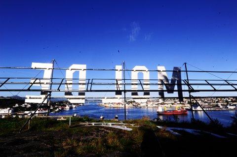 Navnet Molde troner høyt over Kristiansund. Det ser ut som det har gått litt fort med monteringen - ikke helt lik avstand mellom bokstavene. Foto: Bjørn A. Hansen