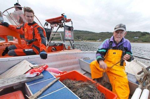 90 år gamle Arne Pedersen fra Forra sa akkurat det han mente -og litt til - da poliltiet spurte om han ville godta et forenklet forelegg for å ikke ha flytevest i båten. - Lite fesk får vi, om vi faan ikkje ska betale bot åsså.