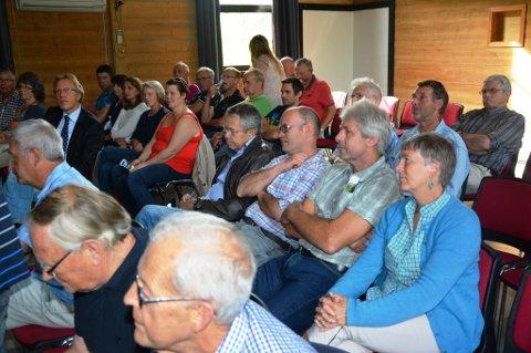 Det var stort oppmøte til folkemøte i Omvikdalen.
