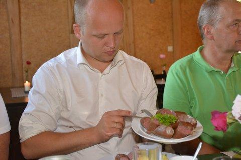 Landbruks- og matminister Trygve Slagsvold Vedum sette stor pris på å bli servert Sundepølse under besøket i Kvinnherad.