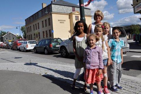 Rektor Kari Helleseter og elever på Hønefoss skole vil gjerne ha flere trafikkontroller i området ved skolen.