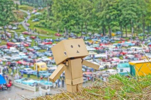 Danbo-figuren poserer med Grensetreffet i festningen i bakgrunnen.