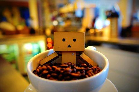 Danbo-figuren bade i en kopp med kaffebønner på Pedalen kaffebar.