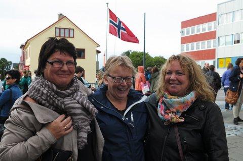 Lisbeth Fjørtoft, Ann Journn Laursen og Hilde Asbjørnsen er heime på Andenes for å feire skolejubileum, men tar mer enn gjerne ei ekstra feiring av miljøgata på kjøpet.