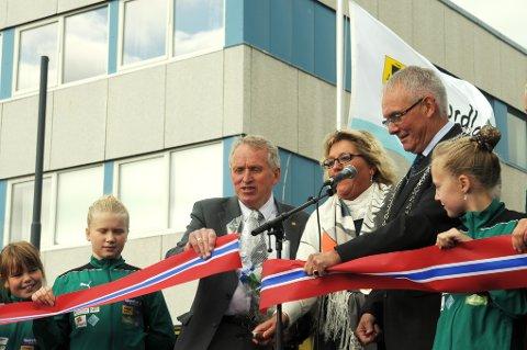 Fylkesråd Tove Mette Bjørkmo fikk æren av å kutte båndet for miljøgata på Andenes, godt assistert av vegsjef Torbjørn Naimak og ordfører Jonni Solsvik.